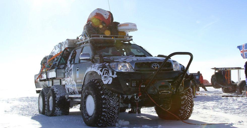 Isländska specialisterna Arctic Trucks försåg bilarna med långdistanstank och modifierade motorerna för att gå på jetbränslet A-1. Några av bilarna fick ett extra hjulpar och blev sexhjulsdrivna. Klicka för att se bildgalleriet.