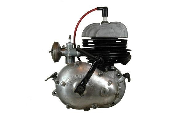 Tvåtaktsmotor från Husqvarna. Här ser man att förgasaren sitter något lägre ner och ansluter då till cylindern.