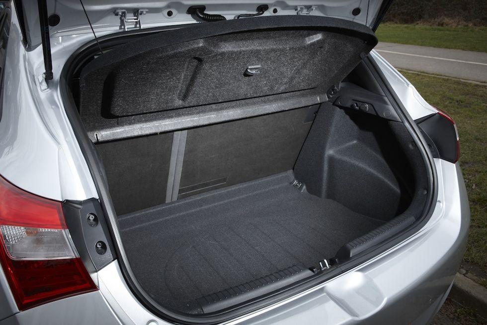 Dubbelt bagagegolv och fullstort reservhjul bidrar till den nya miljöbilsklassningen för i30 1,6 CRDi.