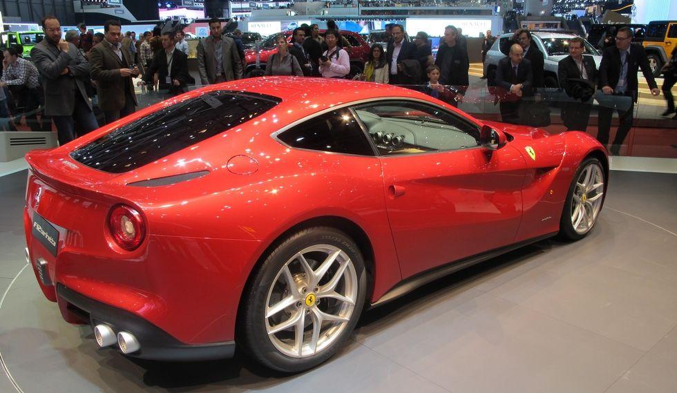 """F12 Berlinetta är först ut med """"en ny generation V12-motorer"""", som senare kompletteras med en elmotor. Ferraris vd Amedeo Felisa erkänner att hybridtekniken fortfarande är dyr och tung, men det kommer ändras när allt fler modeller förses med tekniken."""
