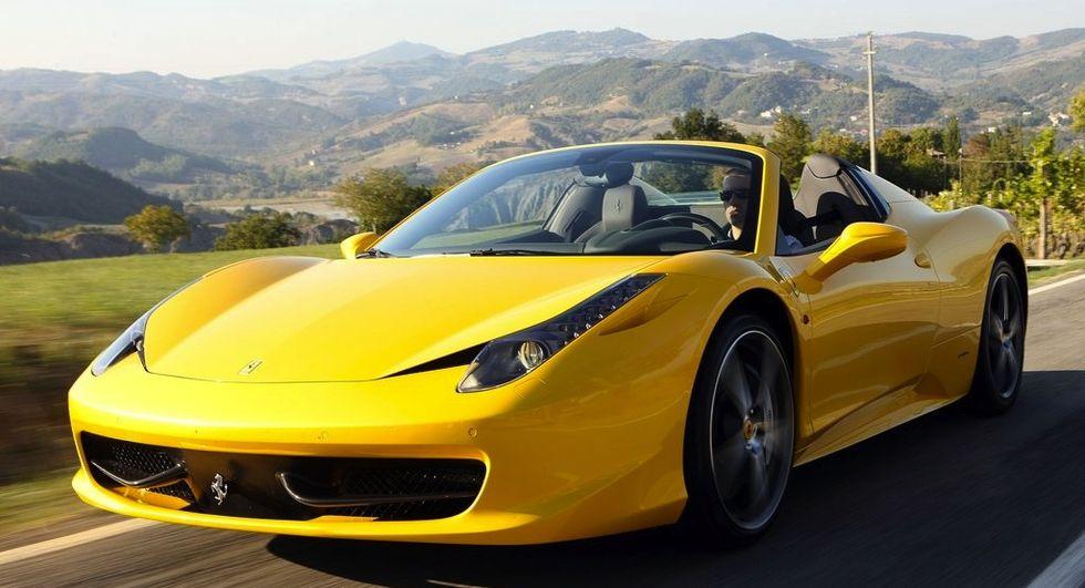 Det pågår en massflykt av begagnade sportbilar från Italien. Nybilsförsäljningen hos Ferrari och Maserati har halverats jämfört med 2008, enligt IHS Automotive. Försäljningen lär inte öka förrän tidigast 2016.