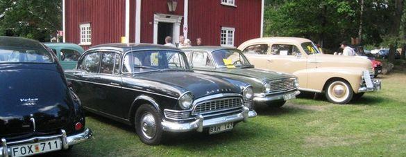 Ett 80-tal bilar, här representerade av en Humber och en Vauxhall, dök upp på Motorns dag, där det även var veteranmarknad. Foto: Ewald Ekman