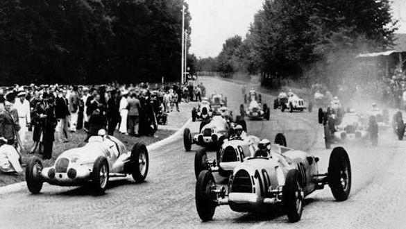 Rudolf Caracciola, nr 14, på startlinjen tillsammans med Bernd Rosenmeyer, nr 8, och Hans Stuck, nr 10, båda i Auto Union. Platsen var Schweiz GP den 22 augusti 1937 och först förbi målflaggan blev Rudolf Caracciola i sin W 125.