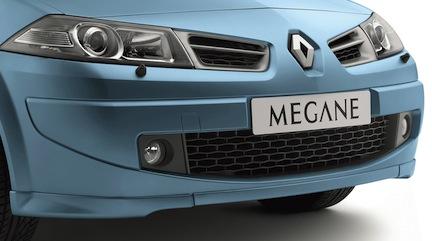 För att klara moderna krocksäkerhetskrav måste ibland hela fronten lyftas av (som på vissa varianter av Audi A4). På en del årsmodeller av Renault Mégane måste lampan bytas genom hjulhuset efter att framhjulet monterats av!