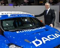 Renaults vd Carlos Tavares poserar gärna med Dacia Duster!