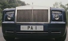 Johnny English berömmer sin Rolls-Royce