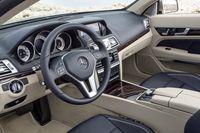 Spakfri mittkonsol med växelväljare på ratten. Både cab och coupé får även en manuell sexväxlad låda så småningom.