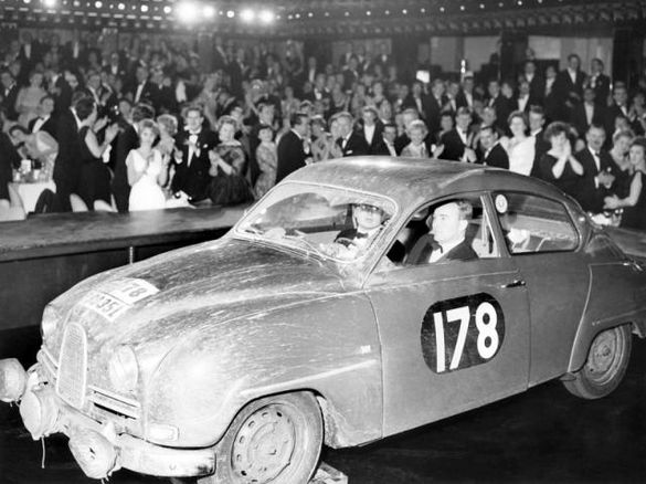 Erik Carlsson och codrivern Stuart Turner på väg till prisutdelningen efter segern i RAC-rallyt 1960.