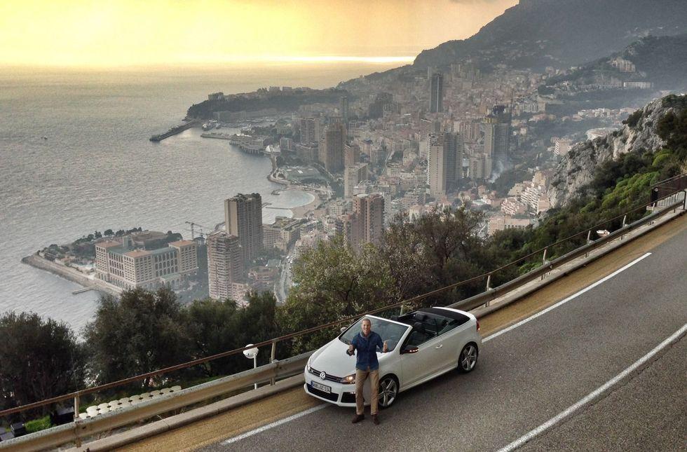 Den nya lyxiga Medelhavskulissen som köpts in är för verklighetstrogen. Erik ser ju verkligen ut att vara på Rivieran. Klicka för fullstorlek! Foto: James Holm.